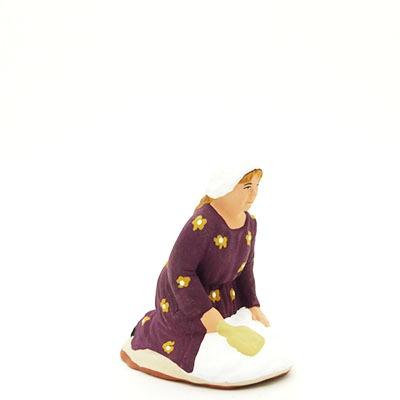 santon de provence peint à la main lavandière accroupi profil