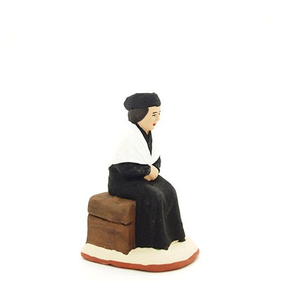 santon de provence l'arlésienne assise profil