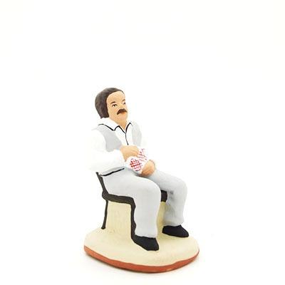 santon de provence peint à la main joueur de carte moustachu avec gilet profil