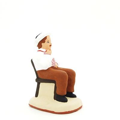 santon de provence peint à la main joueur de carte chapeau sur la tête profil