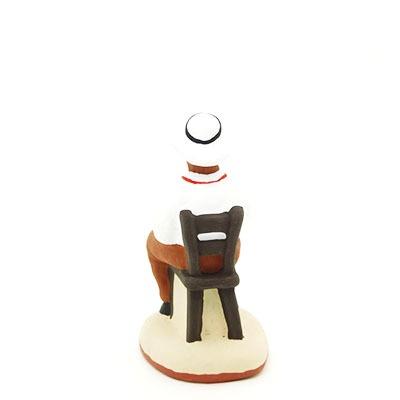 santon de provence peint à la main joueur de carte chapeau sur la tête dos