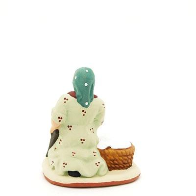 santon peint à la main femme au linge dos