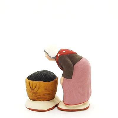 santon de provence ramasseuse d'olives et son sac peint à la main profil