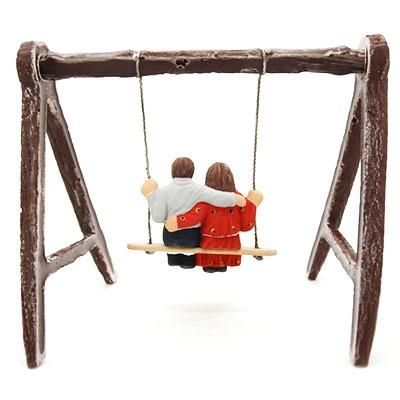 Couple d'enfant sur la balançoire santon de provence peint à la main profil